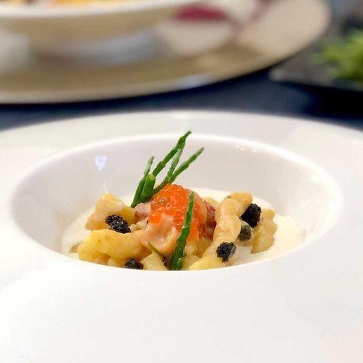 Read more about the article Busiata siciliana BIO in acqua di zafferano, con bagna cauda all'aglio nero e ricci di mare