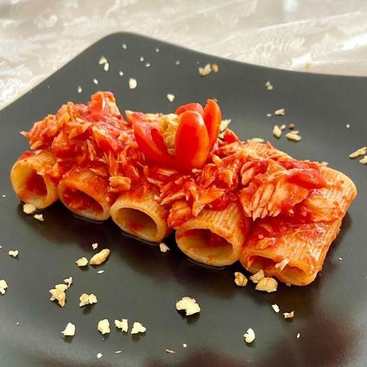 Read more about the article Rigatoni caserecci con sugo, salmone e spolverata di noci!