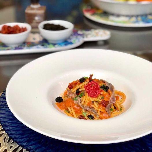 Read more about the article Spaghetti caserecci con maionese di pomodori datterini, alici e roccia di nero seppia